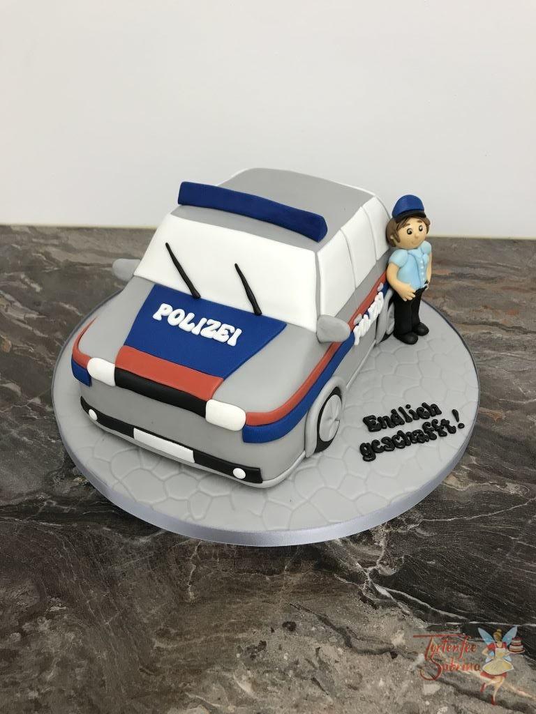 3D Torte - Polizeiauto in den Farben silber, blau und rot. Daneben steht der frisch gebackene Polizist.