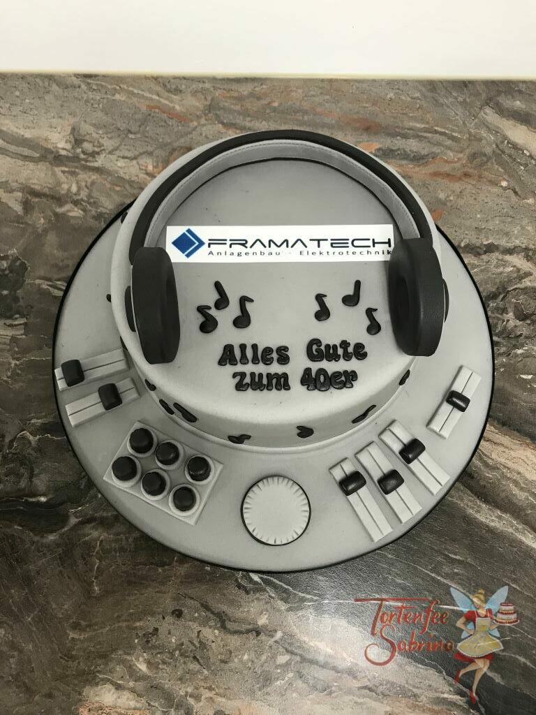 Geburtstagstorte Erwachsene - DJ-Kopfhörer mit DJ-Pult zieren diese Torte für einen Mitarbeiter der Firma Farmatech.
