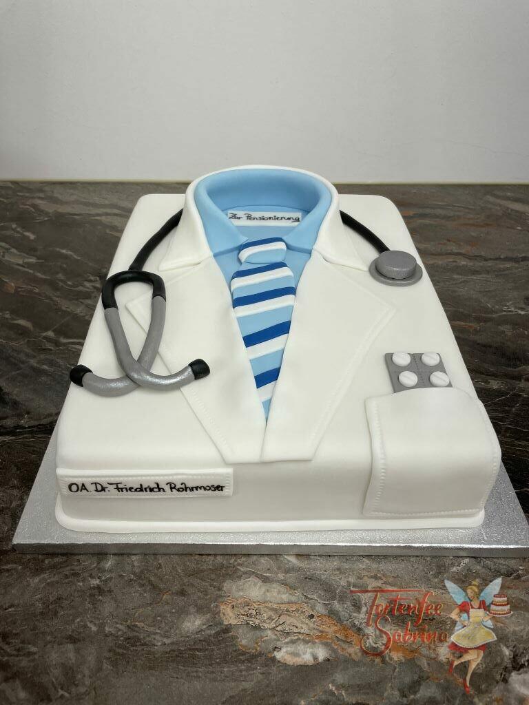 Anlasstorte - Arztkittel mit Stethoskop und Tabletten in der Tasche wurde hier modelliert, darunter sieht man das blaue Hemd mit Krawatte.