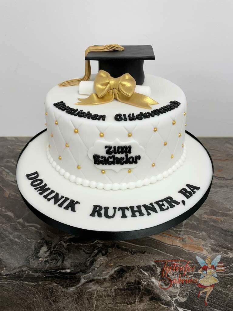 Anlasstorte - Schriftrolle mit goldener Schleife, ebenso auf der Torte ist ein Rautenmuster mit goldenen Zuckerperlen.
