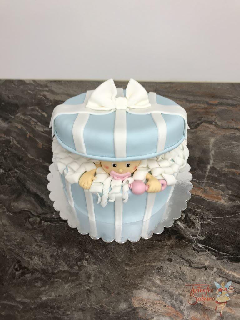 Babytorte - Baby im blauen Geschenkspackerl mit rosa Scnuller und Rassel