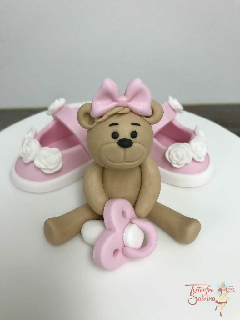 Babytorte - Bärchen mit Schnuller und Schuhen. Vorne wurde die Torte mit einer Wäscheleine und Strampler verziert.