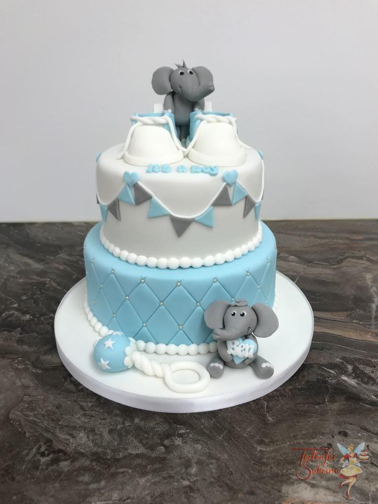 Babytorte - Elefanten mit Babyschuhen und Babyrassel, verziert wurde die Torte noch mit einem Rautenmuster, Zuckerperlen und Wimpelkette.