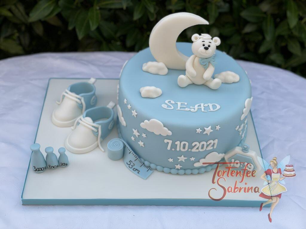 Babytorte - Weißer Bär mit Mond und vielen Sternen und Wolken. Unten wurde auf der Torte die Maße dargestellt.