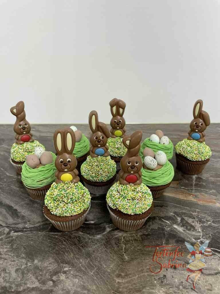 Cup Cakes - Häschen auf der Wiese, hier sitzen Schokohasen auf einer Streuselwiese und süße Eier liegen im Nest.