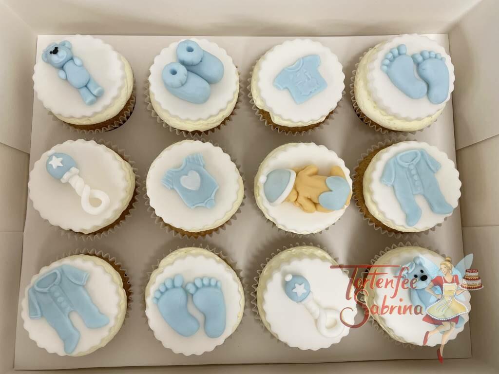 Cupcakes - Baby mit Lieblingssachen wie Rassel, Strampler, Schüchen und Kuschelbär in der Farbe blau.