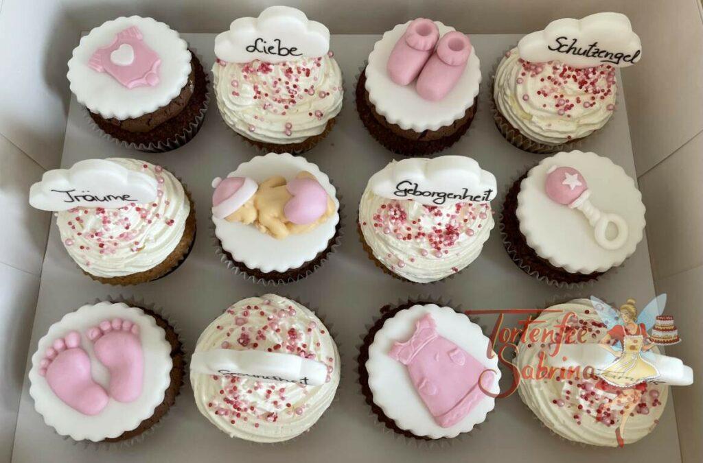 Cupcakes - Baby und Schüchen sowie Babykleidung, die Cupcakes wurden auch noch mit Glückwunschworten verziert.