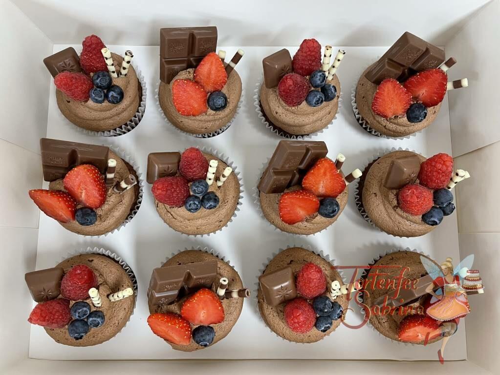 Cupcakes - Süße Leckerei mit Früchten, wie Erdbeeren, Himbeeren und Heidelbeeren. Die süße Verzierung darf auch nicht fehlen.
