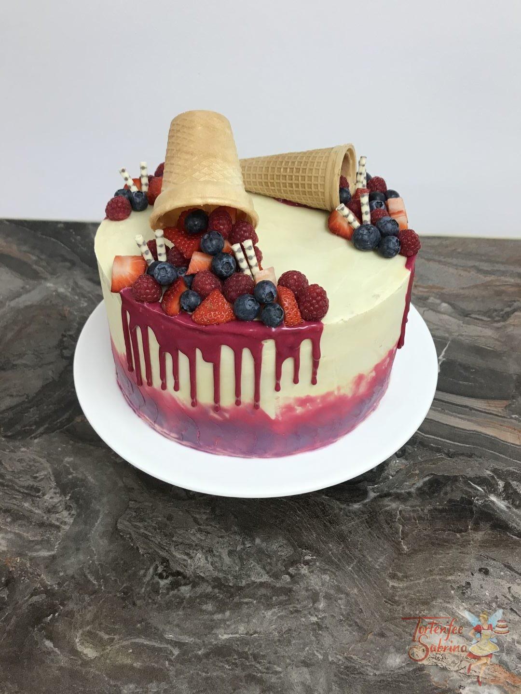 Drip Cake mit selbstgefärbter Schokolade dekoriert mit Früchten und rotem Drip