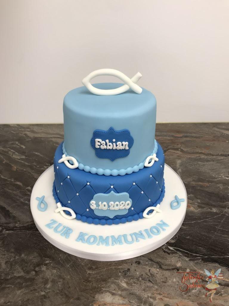 Erstkommunionstorte - Blau mit Fisch, diese Torte wurde in zwei Blautönen eingefärbt und der untere Stoch wurde mit einem Rautenmuster und Perlen verziert.