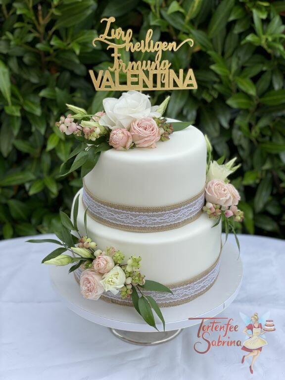Firmungstorte - Leinenband mit Spitze und Rosen zieren die Torte, ganz oben auf der Torte der gold glänzende Cake-Topper.