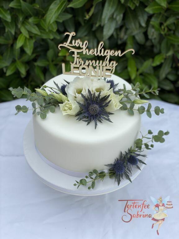 Firmungstorte - Rose und Distel zieren die schlichte weiße Torte, ganz oben auf der Torte ist der persönliche Cake-Topper.