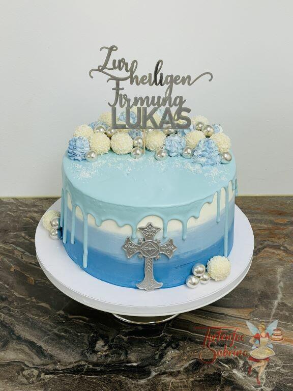 Firmungstorte - Silbernes Kreuz auf blauem Drip Cake, oben ist die Torte mit Süßigkeiten und einem personalisiertem Cake-Topper.