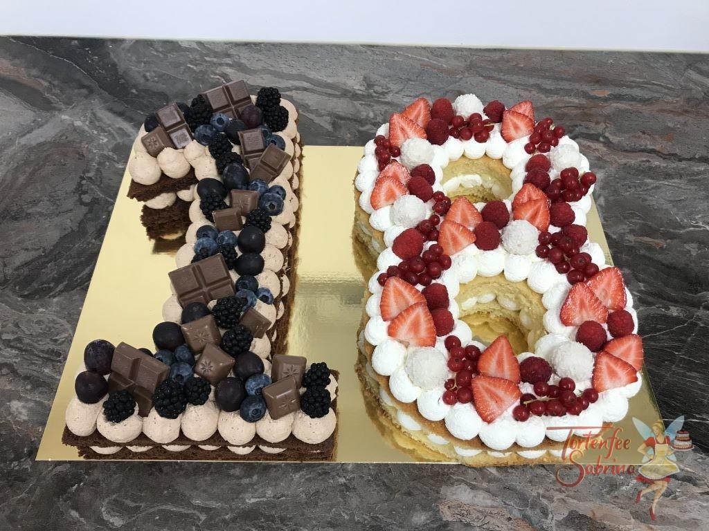 Geburtstagstorte Erwachsene - 2 färbiger 18er. Dieser Naked Cake in Form der 18 wurde mit Früchten und Süßigkeiten dekoriert.