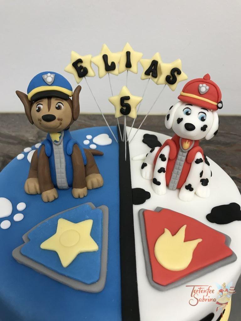Geburtstagstorte Buben - 2 Fellfreunde, Chase und Marshall sitzen oben auf der Torte vor ihren Abzeichen in den Farben blau und rot.