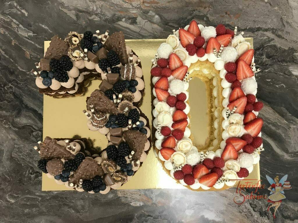 Geburtstagstorte Erwachsene - 30er dunkel und hell wurde dekoriert mit vielen verschiedenen Süßigkeiten und Beeren.