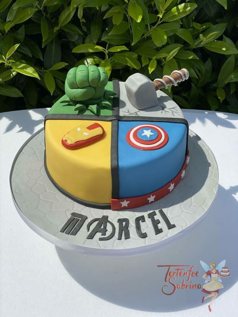 Geburtstagstorte Buben - 4 Avengers treffen sich auf der Torte und teilen diese für Hulk, Thor, Ironman und Captain Amerika.