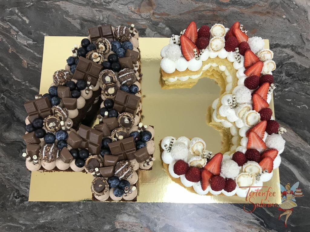 Geburtstagstorte Erwachsene - 43ig dunkel und hell verziert mit vielen verschiedenen Süßigkeiten und Früchten.