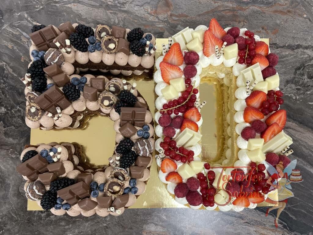 Geburtstagstorte Erwachsene - 50er mit Brmbeeren und Erdbeeren sowie vielen verschiedenen Süßigkeiten in hell und dunkel.