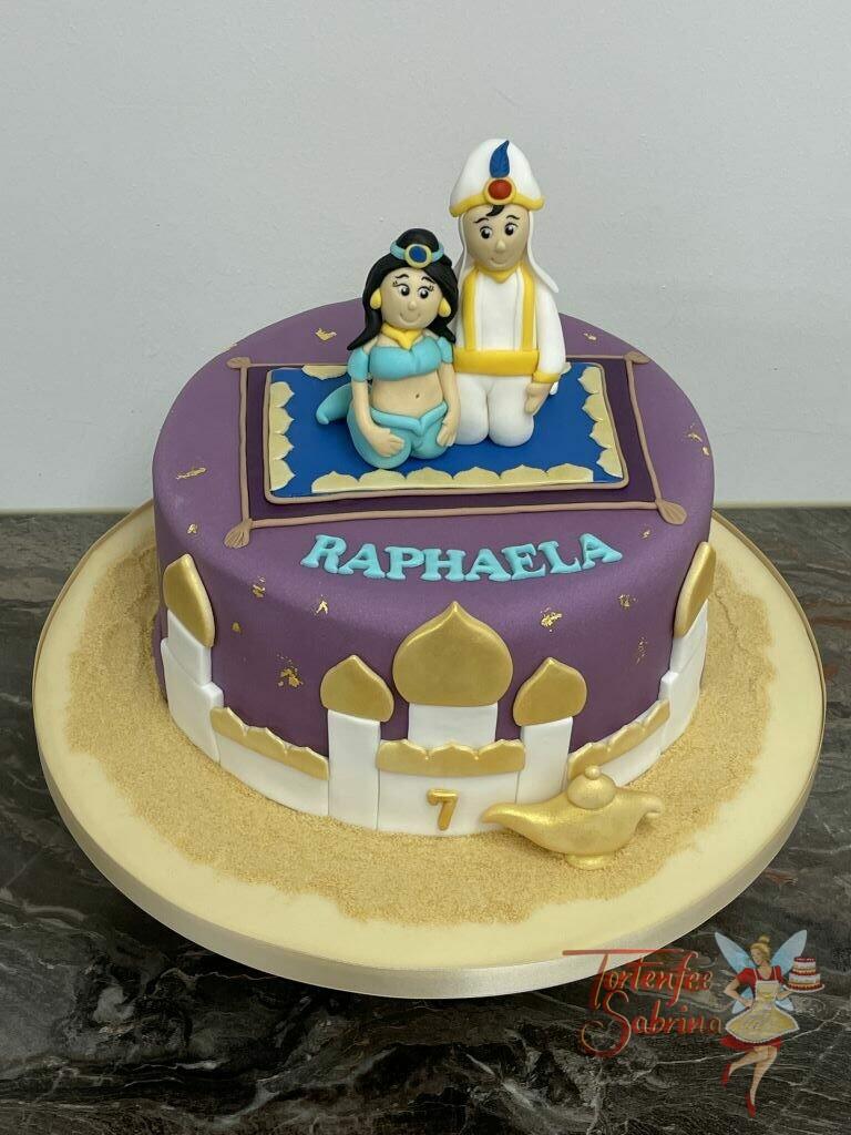Geburtstagstorte Mädchen - Aladdin und Jasmin auf dem fliegenden Teppich über ihrer Stadt Agrabah umgeben von feinem Sand.