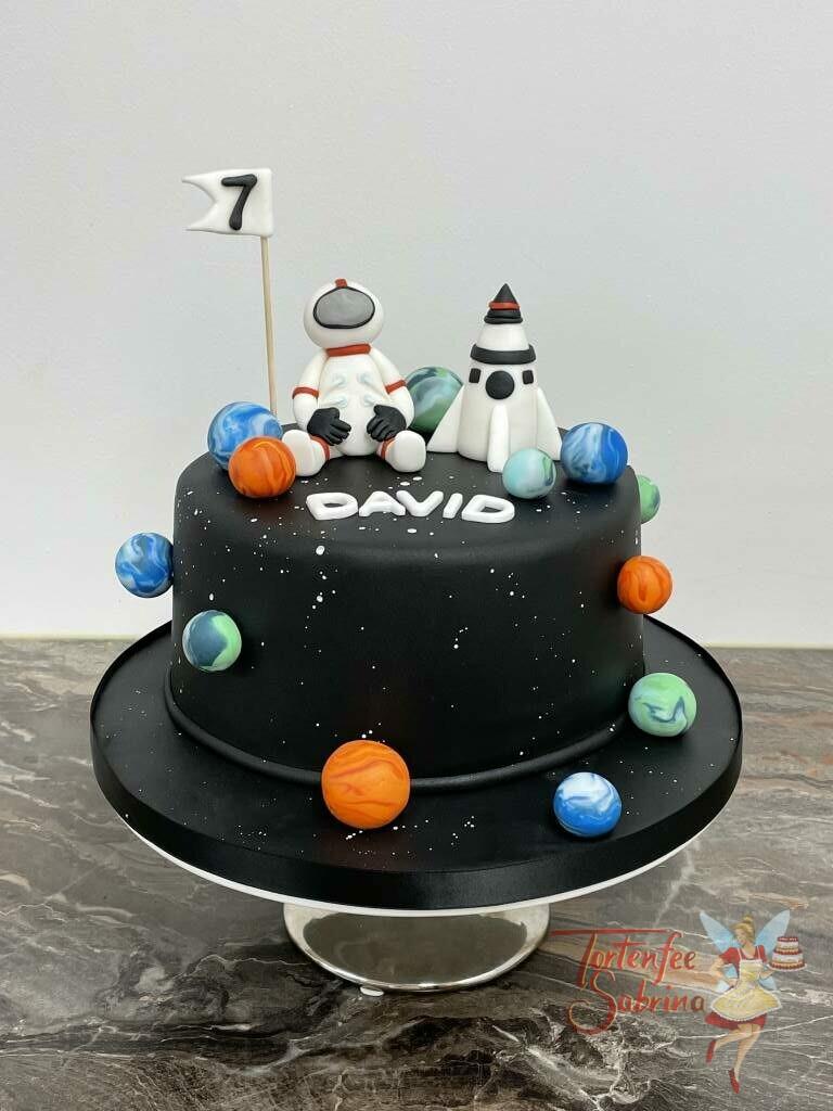 Geburtstagstorte Buben - Austronaut im Weltall unterwegs mit seine Raket, fliegt er zwischen den bunten Planeten.