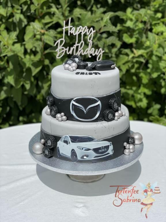 Geburtstagstorte Erwachsene - Autoschlüssel in schwarz liegt ganz oben zwischen Reifen und silbernen Zuckerperlen.