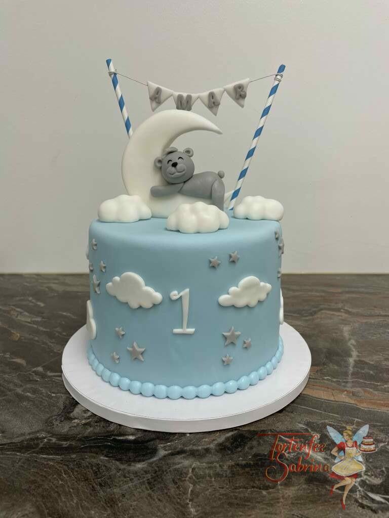 Geburtstagstorte Buben - Bär im Mond mit Wolken und Sternen, als Körnung auf der Torte ist eine Wimpelgirlande mit dem Name des Buben.