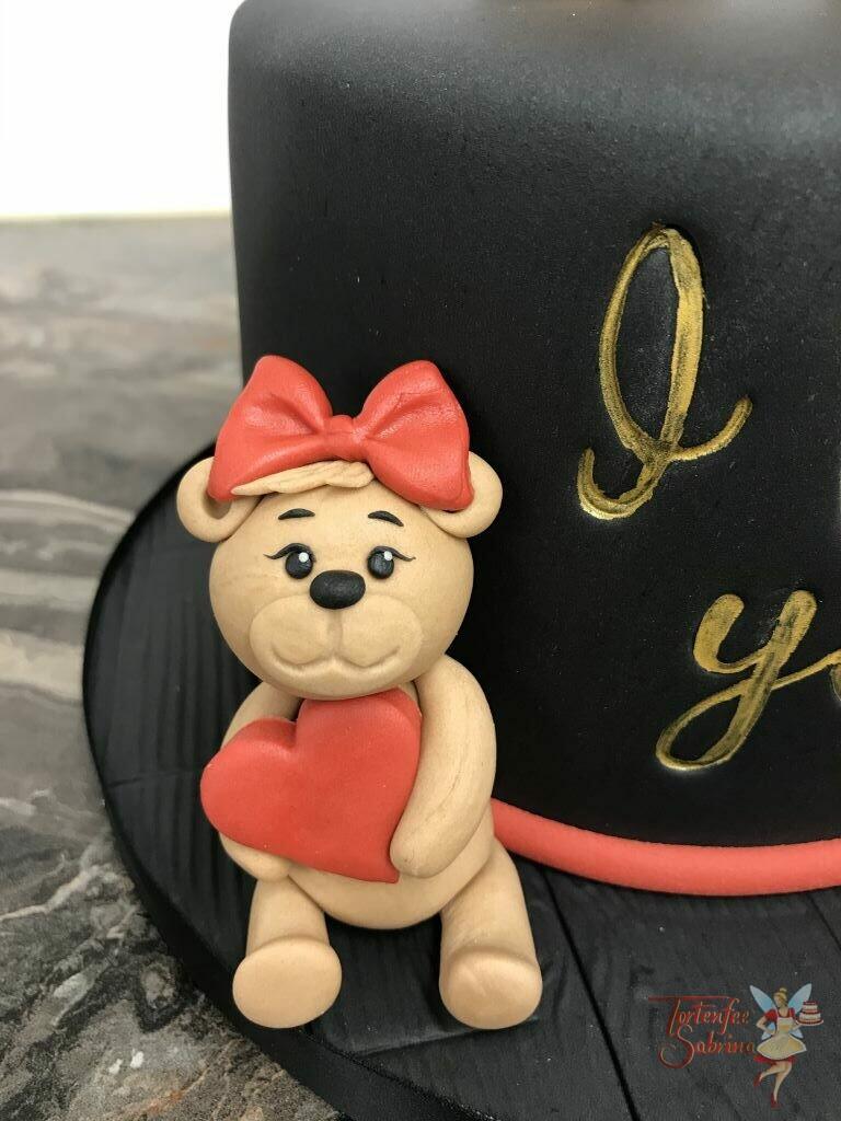 Geburtstagstorte Erwachsene - Bärchenfamilie ist auf dieser Torte vereint, jeder hält ein rotes Herz in der Hand auf der schwarz eingedeckten Torte.