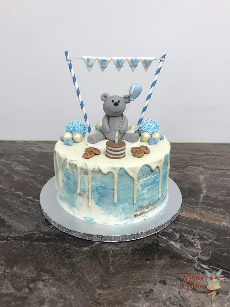 Geburtstagstorte - Bärenparty mit Torte und Keksen. Verziert mit Wimpelkette und Luftballon.