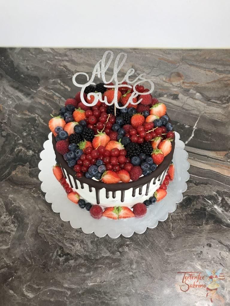 Geburtstagstorte Erwachsene - Beeren mit Beeren. Dieser Drip Cake wurde dekoriert mit Erdbeeren, Himbeeren, Ribiseln, Johannisbeeren und Brombeeren.
