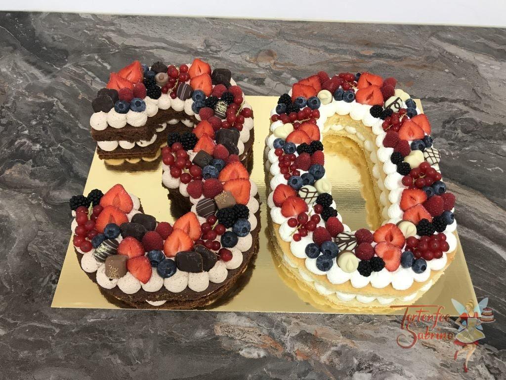 Geburtstagstorte - Beeriger 30er, wurde dekoriert mit Erdbeeren, Himbeeren, Heidelbeeren, Ribiseln und Brombeeren sie verschiedenen Schokoladepralinen.