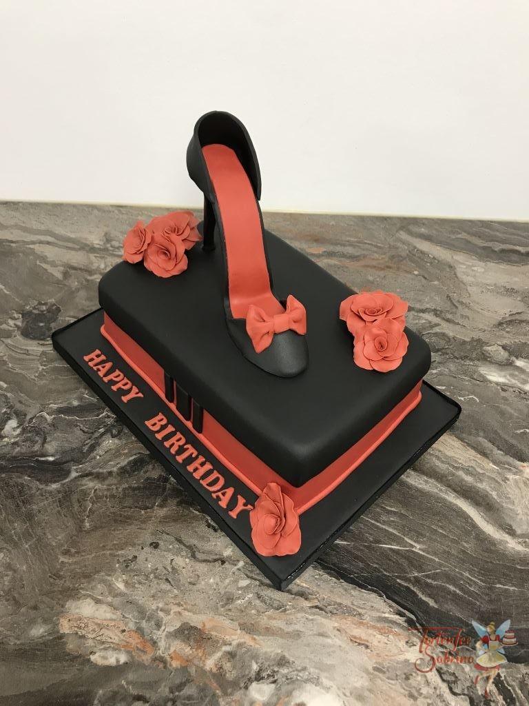 Geburtstagstorte Erwachsene - Black Heel with red roses. Die Torte in Form einer Schuhschachtel krönt ein schwarzer High Heel mit rotem Innenteil.