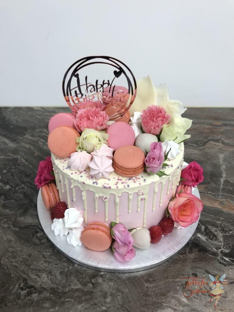 Geburtstagstorte Erwachsene - Blumen und Macarons zierten die Torten. Außerdem befinden sich noch Schokofrüchte und ein weißer Drip mit Glitzerperlen auf der Torte.