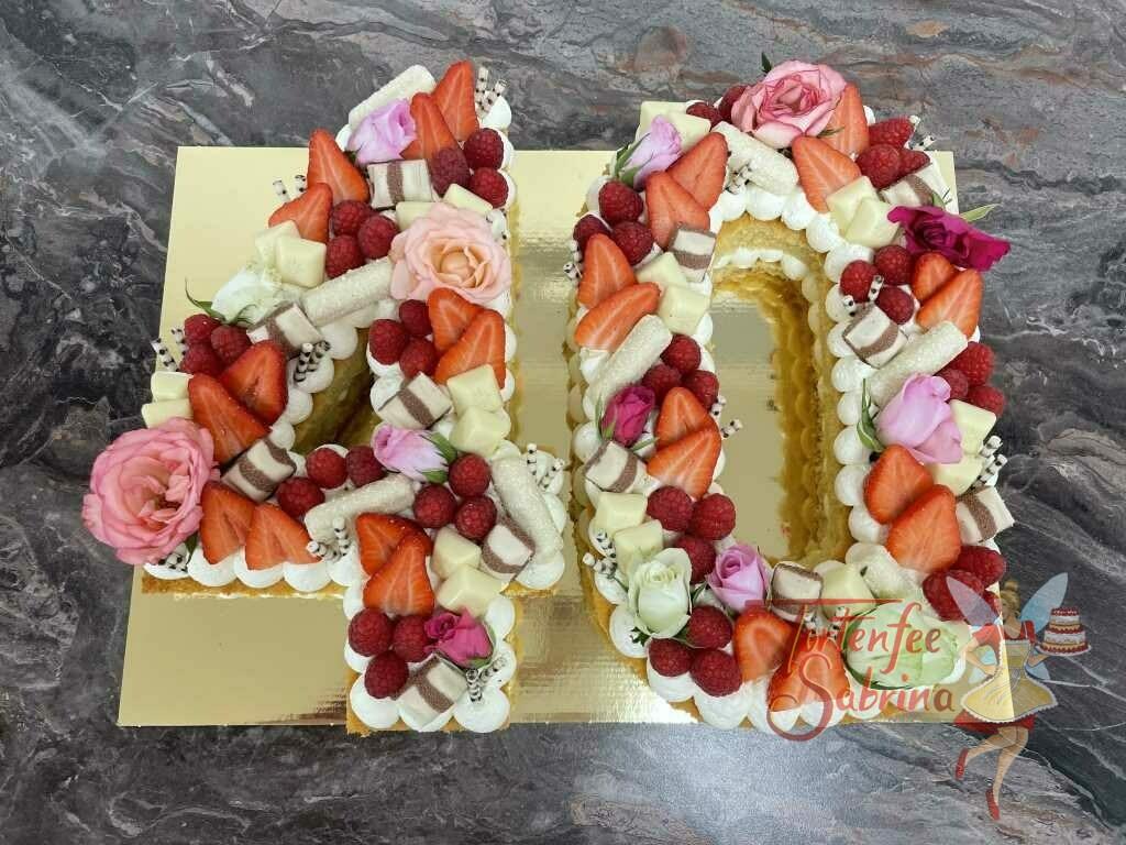Geburtstagstorte Erwachsene - Blumiger 40er wurde hier mit Rosen, Beeren und vielen verschiedenen Süßigkeiten dekoriert.