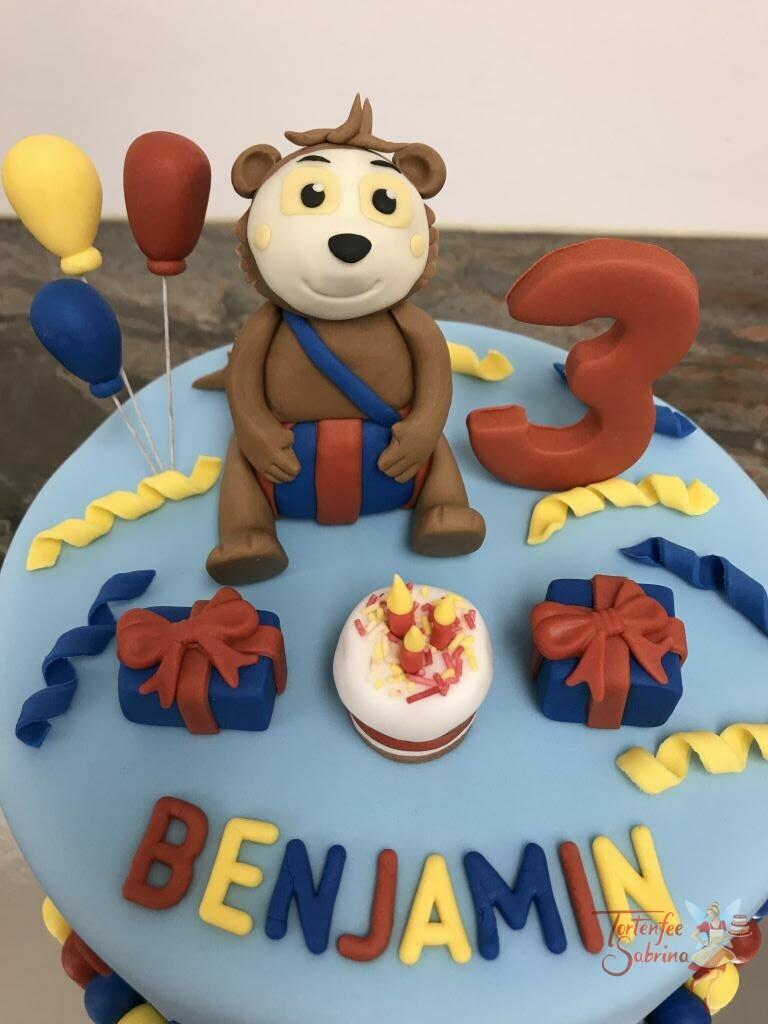 Geburtstagstorte Buben - Bobo der Siebenschläfer sitzt auf der Torte und freut sich auf seine Geschenke und die Torte.