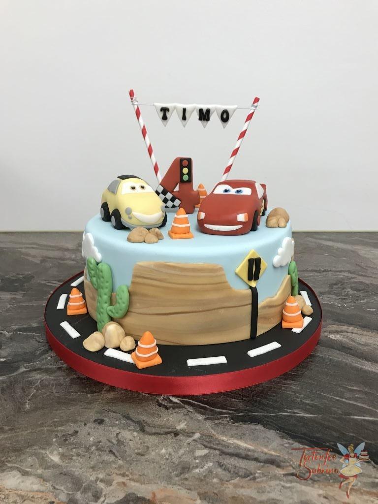 Geburtstagstorte - Cars unterwegs auf der Straße, hier wurden LightningMCQueen und Luigi modelliert mitten in der Wüstenlandschaft.