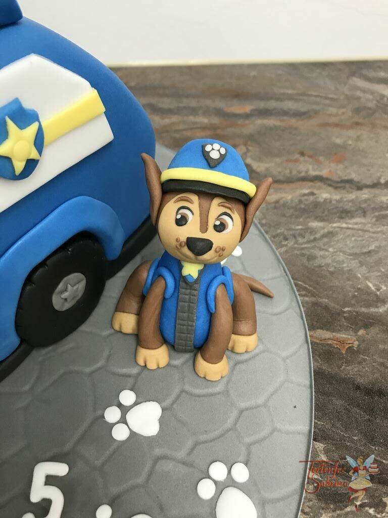 Geburtstagstorte Mädchen - Chase und sein Polizeifahrzeug, hier wurde die Torte in Form des Fahrzeuges gebracht und verziert.