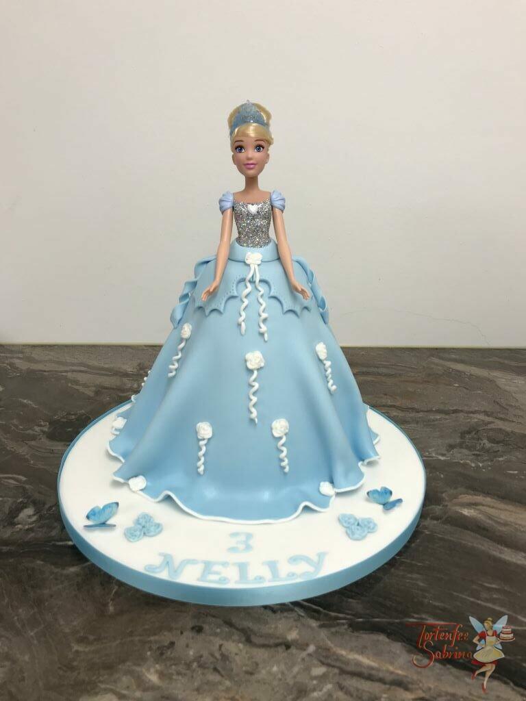 Geburtstagstorte Mädchen - Cinderella´s blaues Kleid wurde hier nachgebacken und mit Schleifen und Blumen gezielt verziert.
