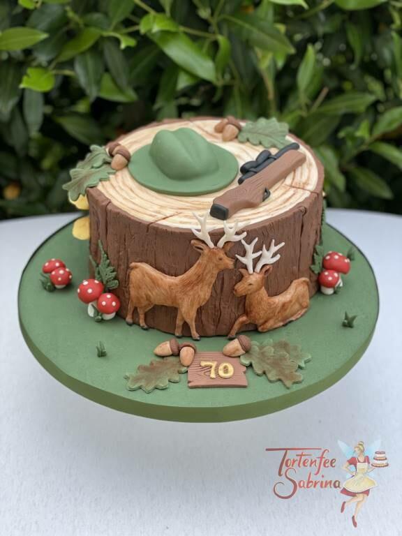 Geburtstagstorte Erwachsene - Der Hirsch und der Jäger dessen Hut und Gewehr auf einem Baumstamm liegt.