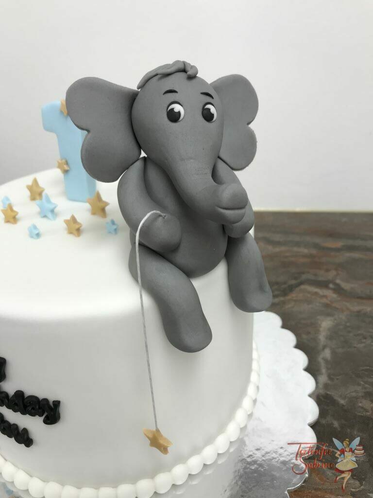 Geburtstagstorte Buben - Der Sternenangler, ist hier sitzend auf dem Tortenrand ein niedlicher Elefant mit einer Angel und einem goldenen Stern.