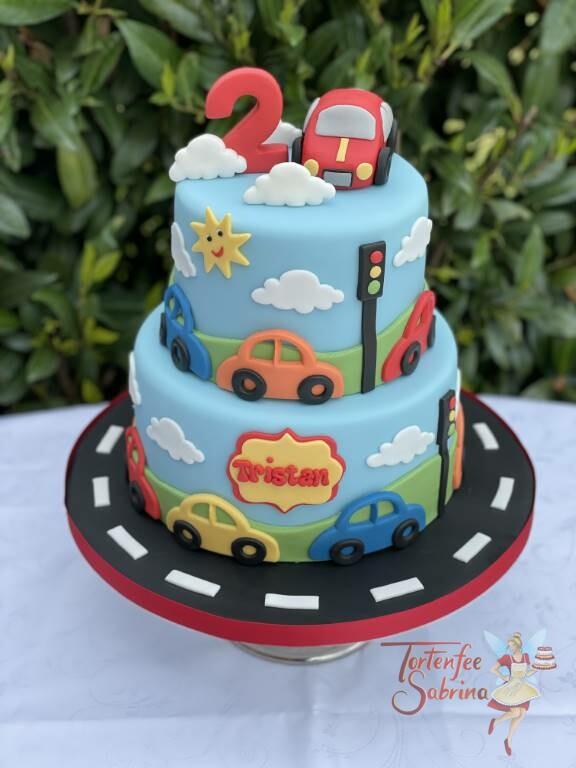 Geburtstagstorte Buben - Die Autos sind unterwegs auf der Torte und werden nur durch das Rotlicht der Ampel gestoppt.