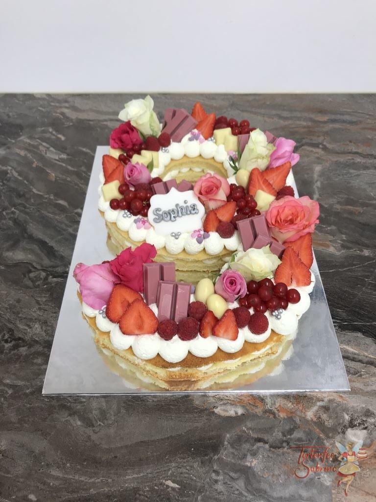 Geburtstagstorte - Die süße 9. Die Zahlentorte wurde mit Rosen, verschiedenen Beeren und unterschiedlichen Süßigkeiten in weiß und rosa.