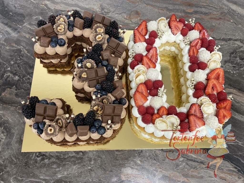 Geburtstagstorte Erwachsene - Die süße Zahl 30ig, wurde hier in hell und dunkel gebacken und passen mit Süßigkeiten dekoriert.