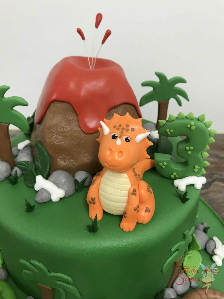 Geburtstagstorte Buben - Dinos beim Vulkan versammeln sich, es sind drei modellierte Dinos die sich nicht vor der Lava fürchten.