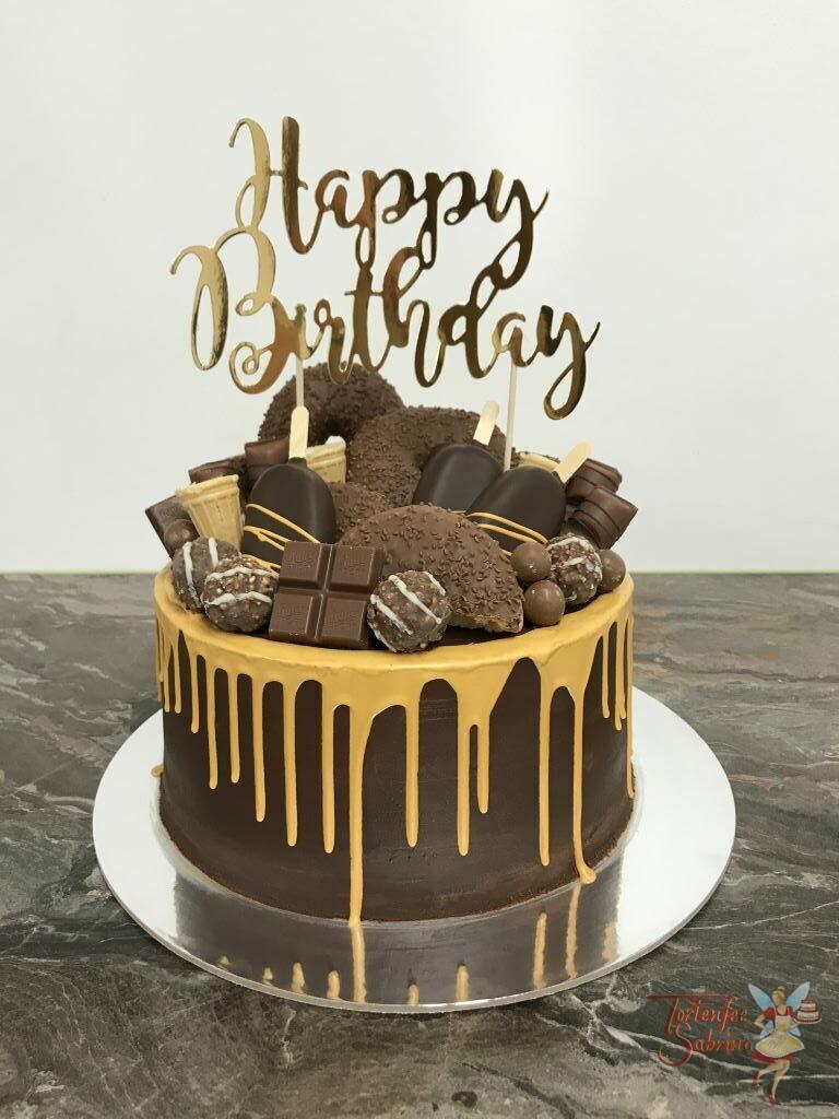 Geburtstagstorte Erwachsene - Donuts mit goldenem Drip und vielen anderen Süßigkeiten wie Cake Cycles und einen Cake Topper ganz oben.