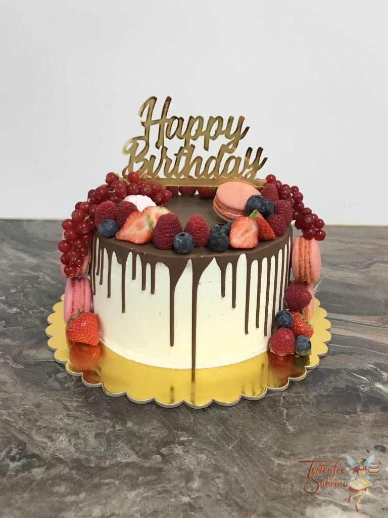 Geburtstagstorte Erwachsene - Drip aus Milchschokolade ziert die Torte, ebenso sind noch Früchte, Süßigkeiten und Cake Topper auf der Torte.