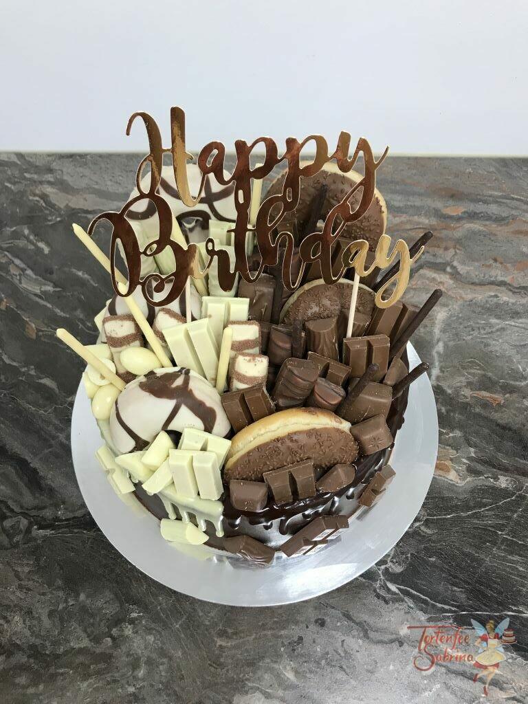 Geburtstagstorte Erwachsene - Drip Cake hell und dunkel auf einer Torte. Verziert mit vielen verschiedenen Süßigkeiten.