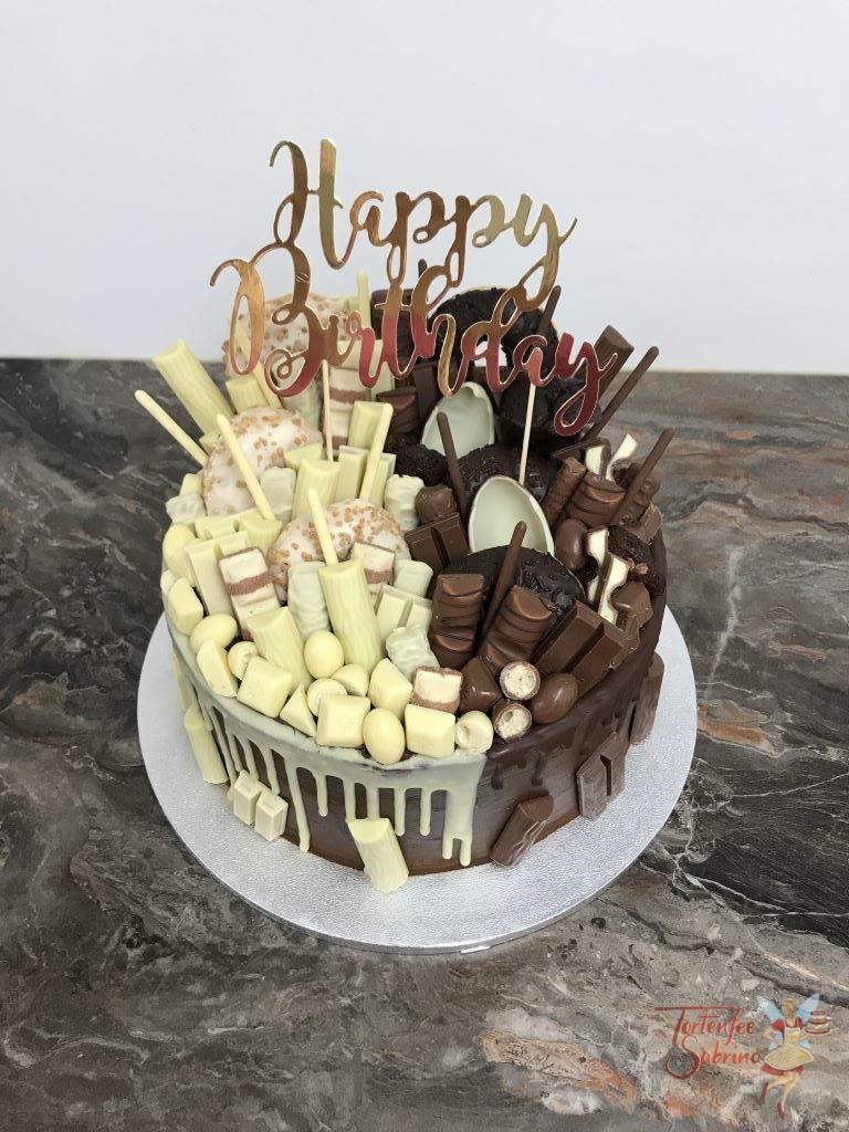Geburtstagstorte Erwachsene - Drip in Schwarz und Weiß mit vielen verschiedenen Süßigkeiten mit Milchschokolade und weißer Schokolade
