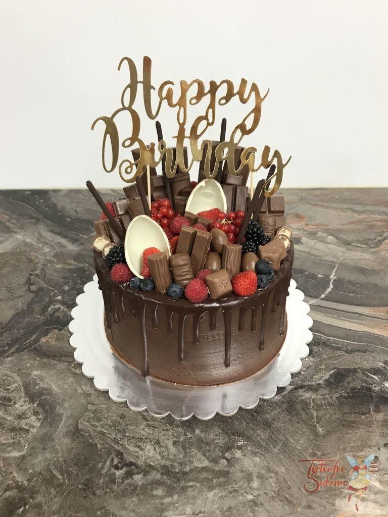 Geburtstagstorte Erwachsene - Drip mit Früchten und Schoki, dekoriert mit verschiedenen Beeren und vielen Süßigkeiten.