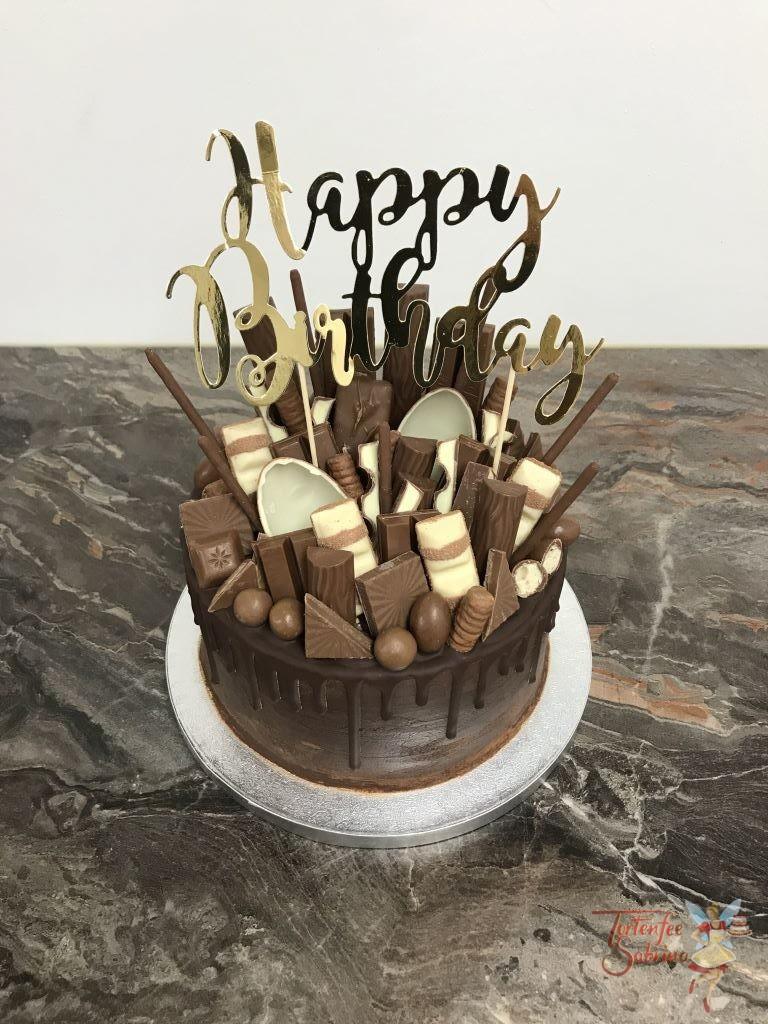 Geburtstagstorte Erwachsene - Echt schokoladig geht es hier auf der Torte zu. Oben ist die Torte mit vielen verschiedenen Süßigkeiten und einem Cake Topper.